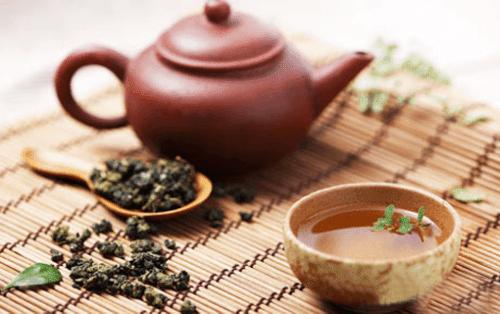 Ngồi uống trà nghe chú Dân kể về hành trình chiến đấu với bệnh